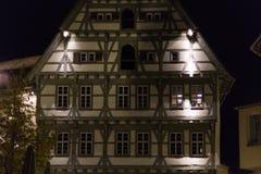 fachadas y ventanas históricas de un restaurante del café con las lámparas a Fotos de archivo libres de regalías