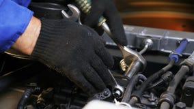 Facharbeiter repariert Schrauben mit Schlüssel auf Bewegungsnahaufnahme stock video
