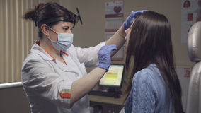 Facharzt für Hals- und Ohrenleiden überprüft einen Patienten in der Klinik Lizenzfreie Stockfotos
