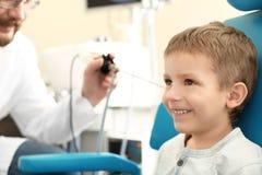 Facharzt für Hals- und Ohrenleiden Ohr des Untersuchungsdas wenige Jungen mit HNOteleskop im Krankenhaus stockfoto