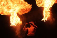 Fachiro con un palo bruciante fotografia stock libera da diritti