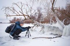Fachmann auf dem See Alte genießende nehmende Fünfjahresfotographien Stockfoto