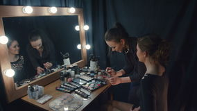 Fachmann bilden den Spiegel mit Licht stock footage