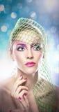 Fachmann bilden - schönes weibliches Kunstporträt mit schönen Augen. Eleganz. Echte natürliche Frau mit Schleier im Studio Stockbild