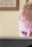 Fachmann, der Computer monotor betrachtet Lizenzfreies Stockbild
