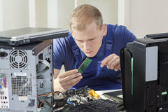 IT-Fachmann, der RAM-Gedächtnis installiert stockfotografie