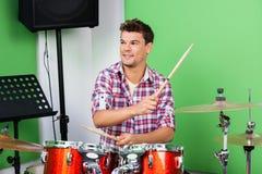 Fachmann, der Trommeln und Becken im Tonstudio spielt Lizenzfreies Stockfoto
