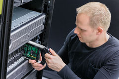 IT-Fachmann ersetzen Festplattenlaufwerk SANS Lizenzfreie Stockfotos