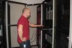 IT-Fachmann führt Arbeit in einem Rechenzentrum durch Stockbilder