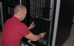 IT-Fachmann führt Arbeit in einem Rechenzentrum durch Lizenzfreies Stockbild