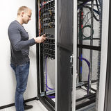 IT-Fachmann installieren Datengestelle in datacenter Stockfotos