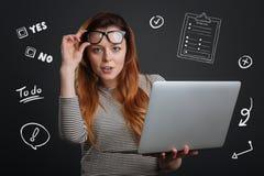 Fachowa żłób pozycja z laptopem up kładzeniem i jej szkła obraz royalty free
