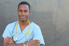 Fachowa afrykanin lekarka ono uśmiecha się na szarość krzyżuje jego ręki z kopii przestrzenią Zdjęcie Royalty Free