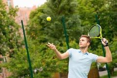Fachowa atleta bawić się tenisa na sądzie Obrazy Royalty Free