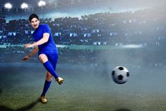 Fachowa azjatykcia gracz futbolu przepustka piłka zdjęcie royalty free