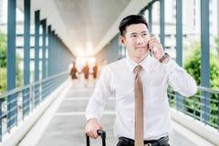 Fachowa biznesmen podróż używać smartphone opowiada na jego Obrazy Stock