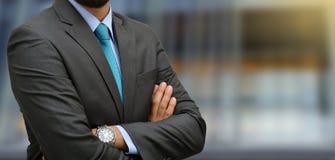 Fachowa Biznesowego mężczyzna pozycja przed budynkiem biurowym Obrazy Royalty Free