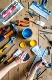 Fachowa budowniczy praca z domowymi odświeżanie instrumentami na drewnianego tła odgórnym widoku Obraz Royalty Free
