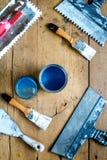 Fachowa budowniczy praca z domowymi odświeżanie instrumentami na drewnianego tła odgórnym widoku obraz stock