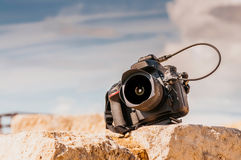 Fachowa cyfrowa kamera na górze kamiennego bloku z bliska Obraz Stock