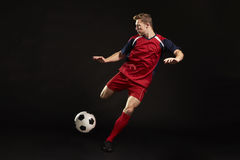 Fachowa gracz piłki nożnej strzelanina Przy celem W studiu fotografia royalty free