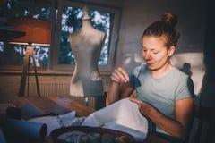 Fachowa krawcowa, projektant robi kostiumowi przy atelier obraz stock