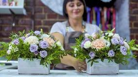 Fachowa kwiaciarnia układa pięknego kwiatu skład w drewnianym pudełku w kwiecistego projekta studiu Fotografia Stock