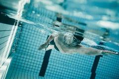 Fachowa męska pływaczka wśrodku pływackiego basenu Obrazy Stock