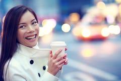 Fachowa młoda miastowa kobieta szczęśliwa w Nowy Jork zdjęcie royalty free