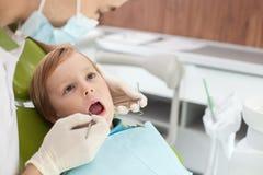 Fachowa młoda stomatologiczna lekarka taktuje Obrazy Stock