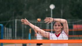 Fachowa siatkówka serw kobieta na plażowym turnieju Siatkówki sieć stosować gracz blokuje widok gdy zdjęcie wideo
