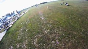 Fachowa spadochronowa bluza lata above zieleni pola _ ekstremum słońce zbiory
