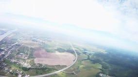 Fachowa spadochronowa bluza lata above zieleni pole, rzeka widok z lotu ptaka zbiory wideo