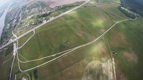Fachowa spadochronowa bluza lata nad zieleni polem, rzeka belalakaya Caucasus dombaj grey gór niebo _ zbiory wideo