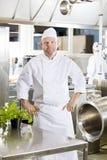 Fachowa szef kuchni pozycja w wielkiej kuchni Zdjęcie Stock