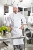 Fachowa szef kuchni pozycja w wielkiej kuchni Zdjęcia Stock