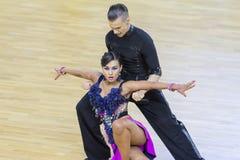 Fachowa taniec para Wykonuje Youth-2 latyno-amerykański program na WDSF zawody międzynarodowi WR tana filiżance Zdjęcie Royalty Free