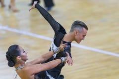 Fachowa taniec para Wykonuje Youth-2 latyno-amerykański program na WDSF zawody międzynarodowi WR tana filiżance Obrazy Royalty Free
