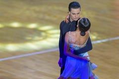Fachowa taniec para Wykonuje Youth-2 latyno-amerykański program na WDSF zawody międzynarodowi WR tana filiżance Zdjęcia Royalty Free