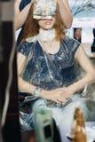 Fachowa włosianej kolorystyki mistrza fryzjera męskiego kobieta przy pracą Fotografia Stock