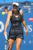 Fachowe gracz w tenisa Caroline Wozniacki praktyki dla us open 2014 przy Billie Cajgowego królewiątka tenisa Krajowym centrum Zdjęcie Stock