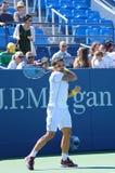 Fachowe gracz w tenisa Janko Tipsarevic praktyki dla us open 2013 przy Billie Cajgowego królewiątka tenisa Krajowym centrum Zdjęcie Stock