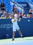 Fachowe gracz w tenisa Janko Tipsarevic praktyki dla us open 2013 przy Billie Cajgowego królewiątka tenisa Krajowym centrum Fotografia Stock