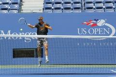 Fachowe gracz w tenisa Tomas Berdych praktyki dla us open 2014 przy Billie Cajgowego królewiątka tenisa Krajowym centrum Obrazy Royalty Free