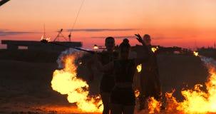 Fachowe tancerz kobiety robią pożarniczemu przedstawieniu i pirotechniczny występ przy festiwalem z płonącym lśnieniem podkłada o zdjęcie wideo