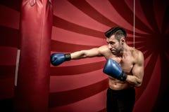 Fachowego boksu szkolenie z mięśniowym sportowym mężczyzna Aktywny bokser w gym Fotografia Stock