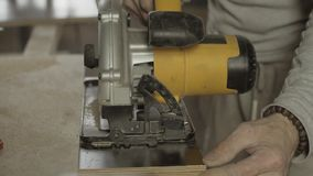 Fachowego cieśli rżnięta drewniana deska na linii prostej Szeroki kurendy saw zbiory