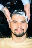 Fachowego fryzjera męskiego płuczkowy włosy klient Zdjęcia Royalty Free