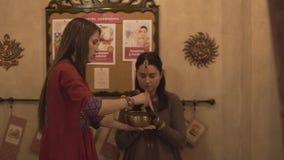 Fachowego hatha joga medytaci buddhism religii ayurveda kobiety instruktora leczniczy modlenie z tibetan śpiewu pucharem zbiory