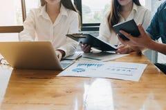 Fachowego inwestora i pieniężnego spotkania teraźniejszy czas Potomstwa Obraz Stock